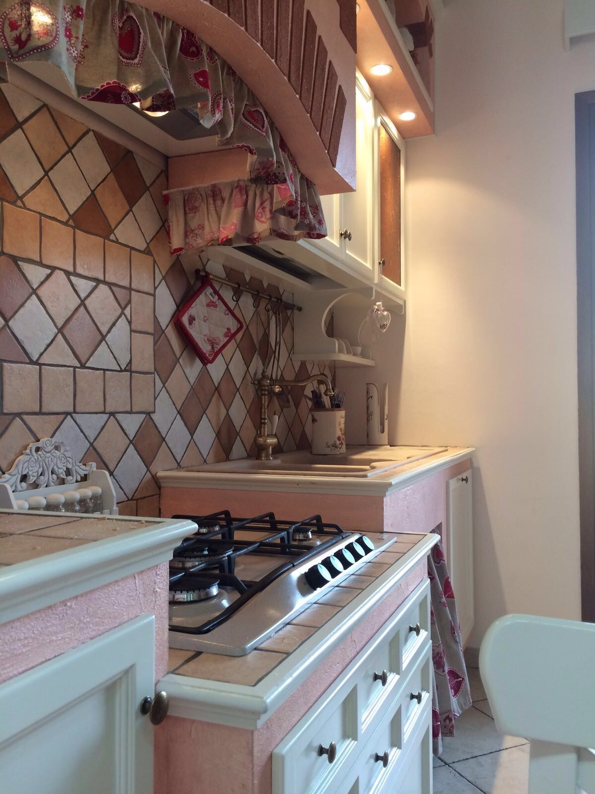 Cucina artigianale in muratura rosa e pietra cotta | Basile