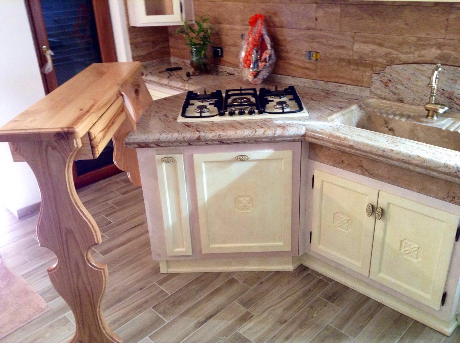 Cucina artigianale rustica con piano in marmo rosa – Basile