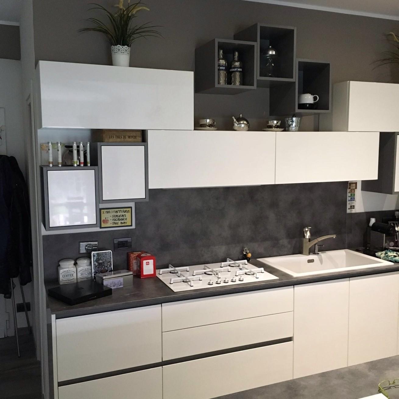 Cucina e living minimal moderno bianco e antracite basile - Living e cucina ...