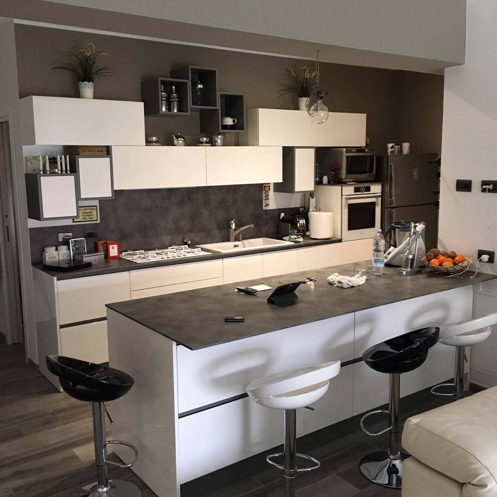 Cucina e living minimal moderno bianco e antracite – Basile